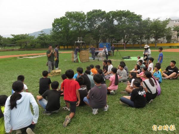 福原國小畢業生家長Dahi將熱氣球搬進校園,與畢業生分享擔任熱氣球飛行員的心路歷程。(記者王秀亭攝)