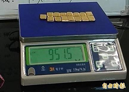 一家人夾帶超量黃金共2188公克遭查獲,海關將依洗錢防制法予以暫扣候處。(記者姚介修攝)