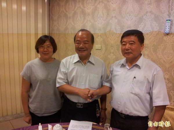 民雄鄉農會總幹事涂文生(右)。(資料照,記者林宜樟攝)