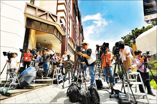 北韓領導人金正恩下榻的瑞吉酒店外聚集大批媒體記者守候。(彭博)