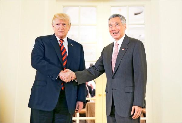 美國總統川普十一日在新加坡總統府會晤星國總理李顯龍(右),除感謝星國大力協助,也對「川金會」的成果表示樂觀。(歐新社)