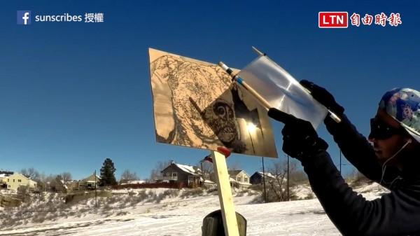 美國藝術家Michael Papadakis以陽光來作畫。(授權:sunscribes)