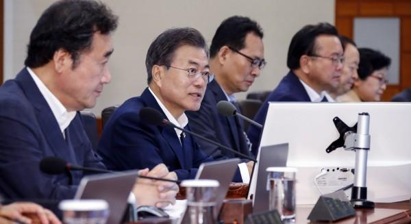 美國總統川普、北韓領導人金正恩今展開歷史性會面。南韓總統文在寅收看直播關心事態發展。(歐新社)