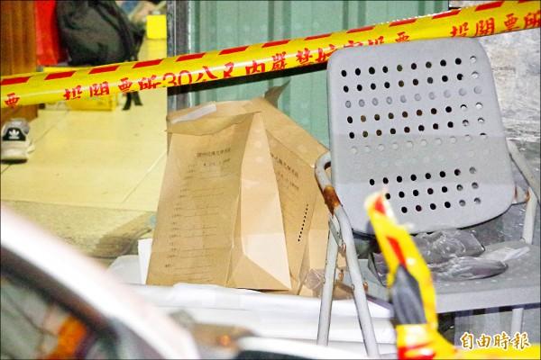 警方用2個證物袋,分別裝水果刀、菜刀。(記者曾迺強攝)
