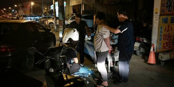 阮姓男子(右二)涉嫌偷竊機車被警方查獲。(記者周敏鴻翻攝)
