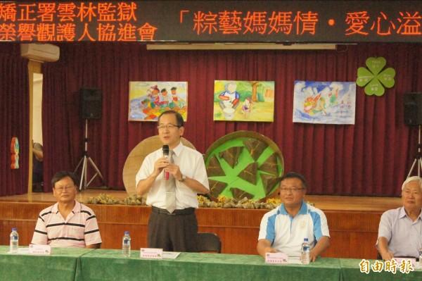 雲林監獄典獄長林憲銘(站立者)代表感謝大家的支持。(記者廖淑玲攝)