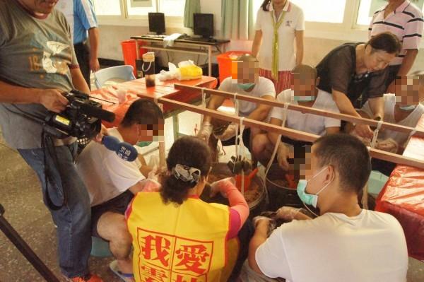 社區愛心媽媽耐心教年輕收容人如何包粽子。(記者廖淑玲攝)