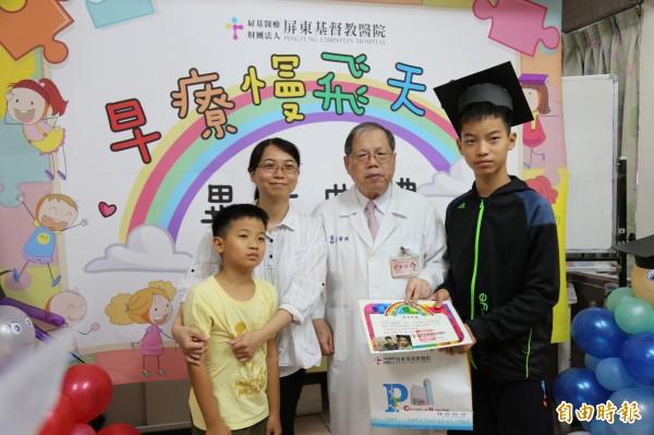 小勇(右1)在媽媽(左2)的「跟蹤」下,小學1年級開始就自己從學校走路到醫院,復健後再自己走回家。(記者邱芷柔攝)
