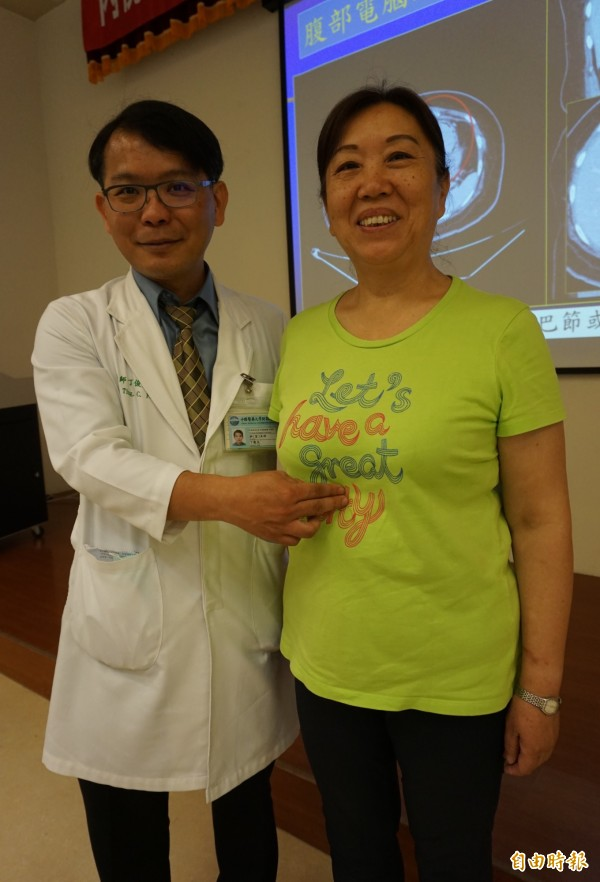 醫師丁俊夫指李婦在胃與賁門處長了7公分大的胃腸道間質瘤。(記者蔡淑媛攝)