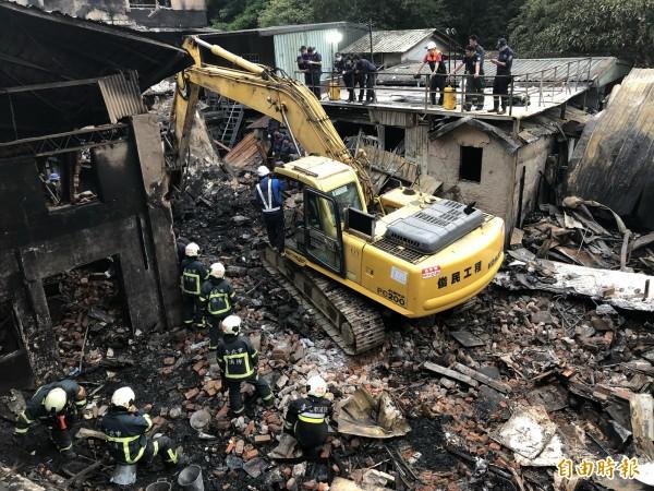 警消開挖尋獲2具遺體(記者邱俊福攝)