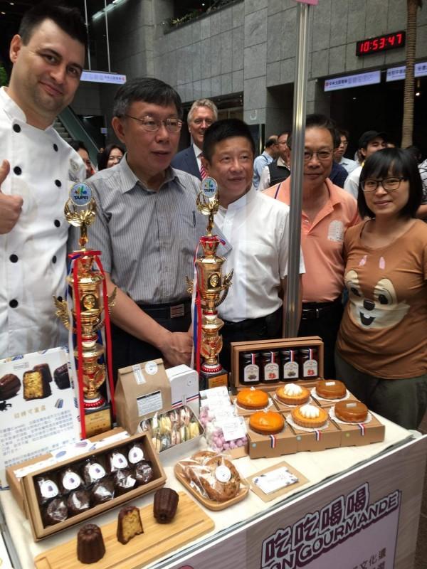 6/6上週受到台北市市場節甜點組金獎肯定的,是Maison gourmande吃吃喝喝的人氣商品「可麗露」,用不添加蜂蠟的原味脆皮鎖住水果蘭姆酒麵糰的特殊香氣。左一為法國主廚兼老闆Loïs,右一為台灣人老闆娘蔡佳芸。(Maison gourmande吃吃喝喝提供)