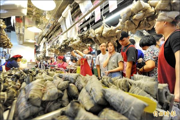 端午將至,消保處訪價,76%粽子價格持平或下跌。圖為民眾到南門市場買粽子。 (資料照,記者王藝菘攝)