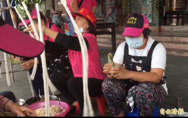 大庄社區老人包「殘菜乾肉粽」送北農及藍營市議員。(記者顏宏駿攝)