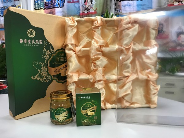 環保局查獲的「五星級冰糖官燕盞禮盒」,共計3層包裝超出規定的2層。(新北市環保局提供)
