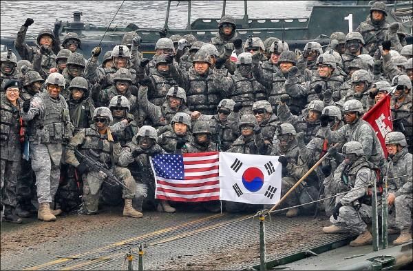美韓部隊二○一五年十二月在南韓漢灘江舉行聯合演習,模擬北韓攻擊情境下的反制行動。(美聯社檔案照)