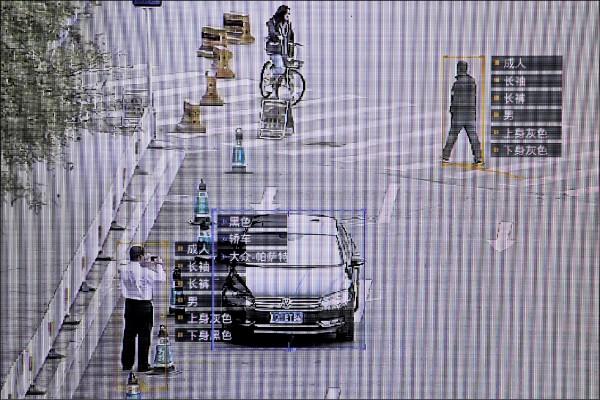 中國商湯科技研發的監控軟體可辨識行人及車輛資訊。(路透檔案照)