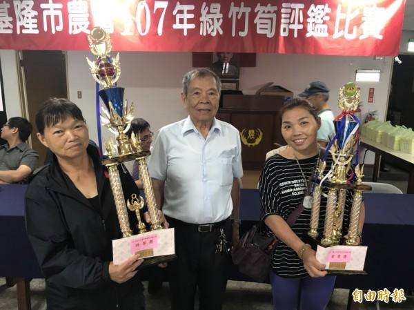 今年基隆綠竹筍評鑑由農友陳素卿(左)以90.9分拿下特等獎殊榮,去年冠軍、陳素卿的妹妹陳燕樺(右)也得到壹等獎。(記者林欣漢攝)