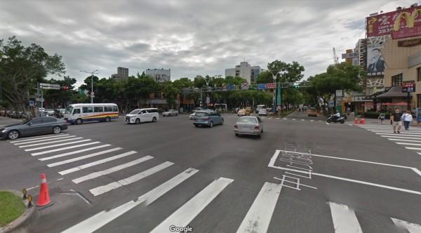 詹女在中山北路五段、中正路口摔車。(翻攝Google地圖)