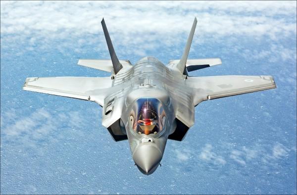 英國皇家空軍飛行員上月駕駛F-35B匿蹤戰機飛往英國。(歐新社)