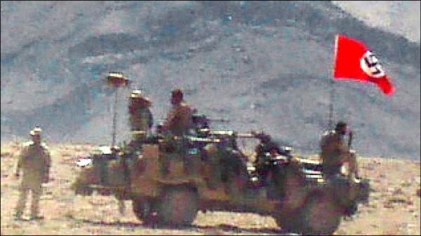 二〇〇七年八月在阿富汗進行反恐怖主義任務的澳洲陸軍吉普車,竟高舉上一世紀屠殺猶太人的納粹旗幟。(取自網路)
