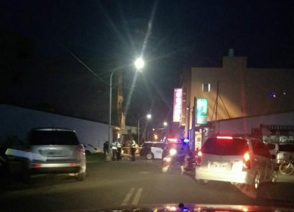 麥寮今晚驚傳槍響,一名男子當街身中3槍,送醫不治,警方封鎖命案現場進行調查。(民眾提供)
