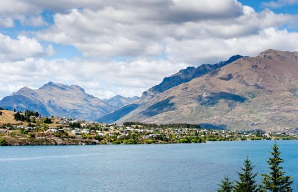 紐西蘭政府今宣布,自明年中開始,將對國際旅客課徵35紐元(約新台幣750元)的遊客稅。圖為紐西蘭艾爾山脈。(彭博)
