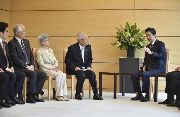 日本首相安倍晉三昨親自向親人遭北韓綁架的受害者家屬代表承諾,會努力實現與北韓領導人金正恩面對面溝通以解決問題。(美聯社)