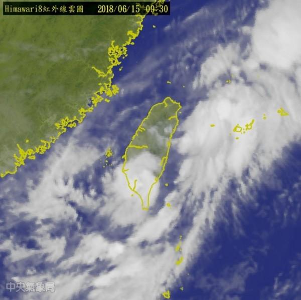 根據氣象局上午9點30分公布的紅外線雲圖,此熱帶低壓已從高雄沿海登陸,目前中心位置在西南部一帶,強度已減弱。(擷取自中央氣象局)