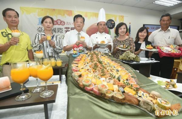 台南市政府舉辦國際芒果節,邀請民眾到台南吃芒果。(記者廖振輝攝)
