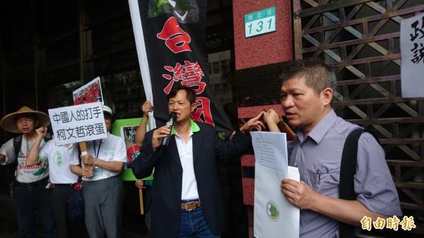 律師曾勁元(右)今到北檢按鈴告發,控告台北市長柯文哲等4人涉妨害自由。(記者錢利忠攝)