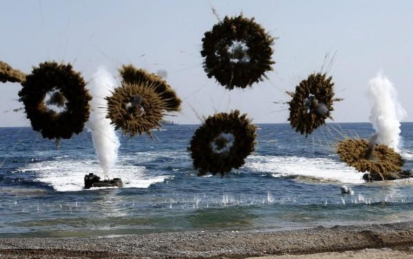青瓦台表示,美韓間已針對是否停辦軍演進行討論,分析指出會於最近公布決議結果。圖為2016年美韓模擬於北韓搶灘演習。(歐新社)