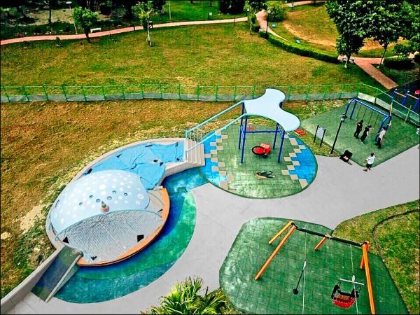 三重區集賢環保公園,有適合身障者遊玩的共融性遊戲場。(市議員李坤城辦公室提供)
