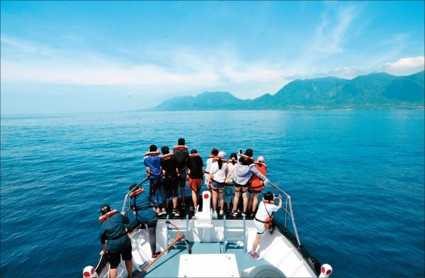 搭乘晉領號由成功漁港出發,遠看海岸山脈及沿岸景色相當怡人,飛旋海豚也是常見的小型海豚之一,躍身入海的模樣令人驚喜。(記者許麗娟/攝影)