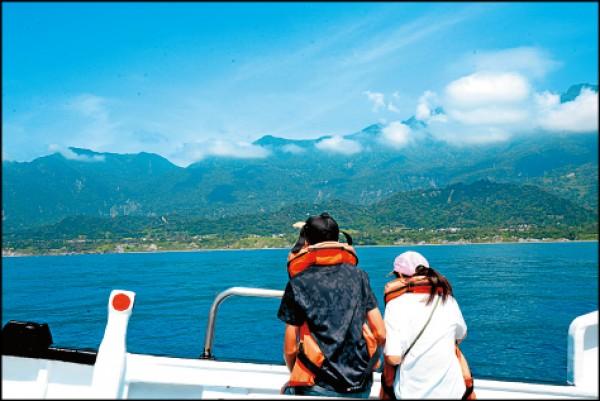 從船上眺望岸上的山巒美景,也很令人沉醉。(記者許麗娟/攝影)