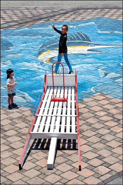 旗魚鏢台是台東成功的漁船船頭常見的設備,旗魚鏢手要站在上頭與大海博鬥。(記者許麗娟/攝影)