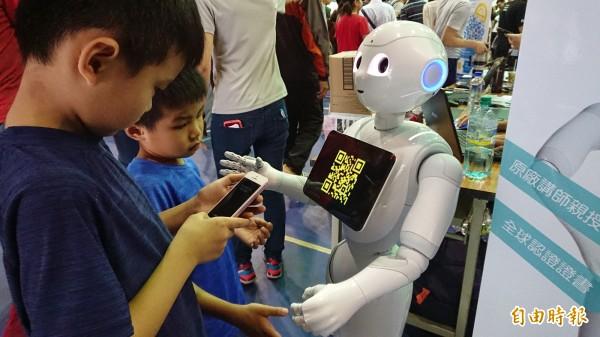 小朋友與機器人互動問答。(記者洪瑞琴攝)