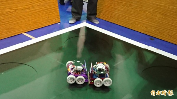 環保廢材機器人對打。(記者洪瑞琴攝)