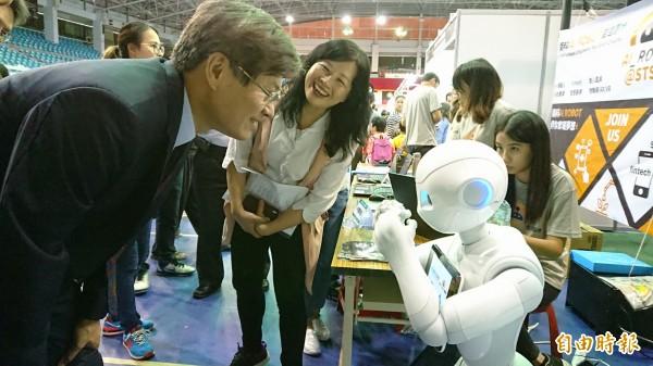 科技部政務次長許有進與機器人互動。(記者洪瑞琴攝)