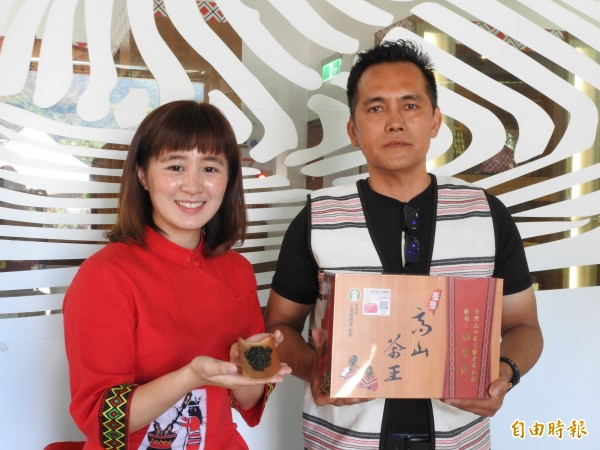 仁愛鄉農會春茶競賽,今年首度有2位原住民茶農姑姆.鄔民、高煜棠(左、右)獲得頭等獎,表現突出。(記者佟振國攝)