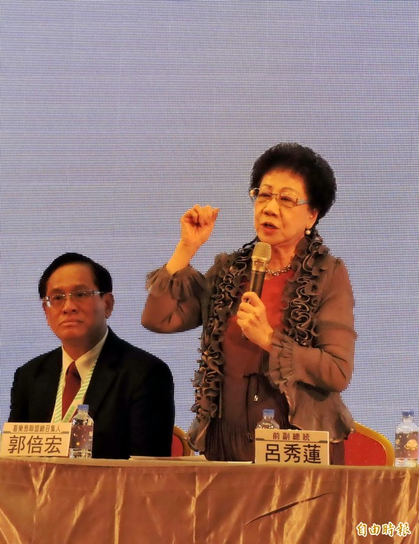 媒體詢問前副總統呂秀蓮(右)是否與蔡總統會面,她回答「不必啦」。(記者張菁雅攝)
