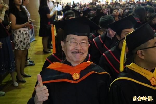 78歲的魯沛亞船長拿到碩士學位。(記者黃旭磊攝)