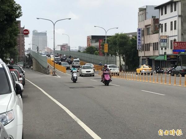 中豐陸橋平時車流量龐大。(記者許倬勛攝)