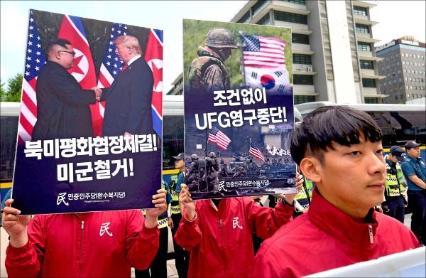 南韓抗議人士十五日手持川金會與美韓聯合軍演的海報,在美國駐韓大使館外,要求停止舉行「乙支自由衛士」軍演。(法新社)