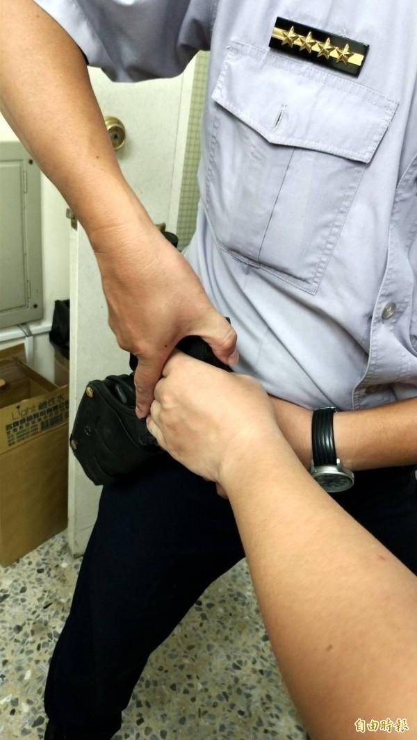 警方模擬警槍遭性侵通緝犯楊政勳奪走情境。(記者王俊忠攝)