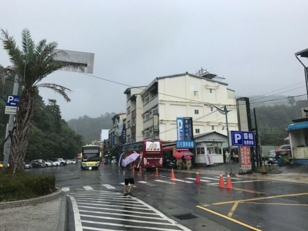 端午連假第2天,日月潭因雨導致遊客減少,交通順暢度提升不少。(記者劉濱銓翻攝)