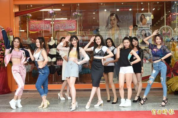 台灣本土內衣品牌EASY SHOP,推出可以當內衣,也可以直接單穿當外衣的無鋼圈內衣Bralette,讓女性消費者輕鬆度過自由的時尚夏天。(記者張忠義攝)