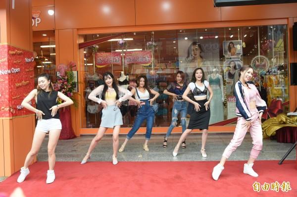十多名辣妹穿者也是外衣的內衣,當街解放,果然吸睛。(記者張忠義攝)