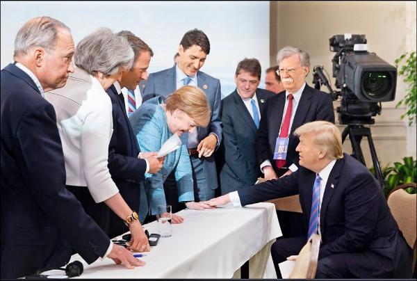 川普十五日特地上傳多張照片,顯示G7領袖間關係良好,圖為川普(右一)以手心按著梅克爾的手背,與會領袖表情一派輕鬆,會議氣氛融洽。(取自川普推特)