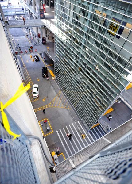 兩名男孩從商場四樓空中走廊往下扔出購物車的視角。(取自網路)