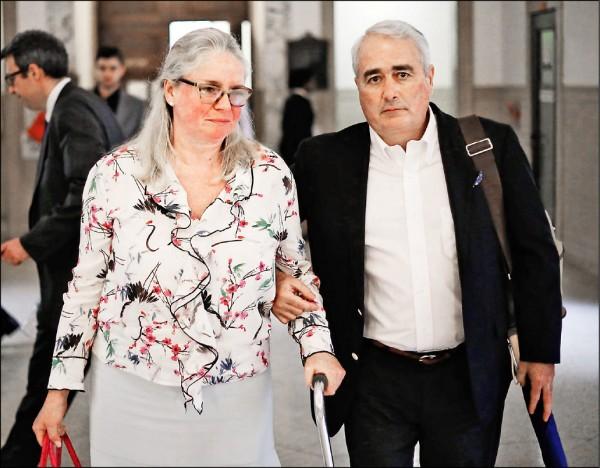 荷奇斯(左)本月在丈夫陪同下出庭。(取自網路)